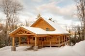 Maison de bois rond avec abri de voiture