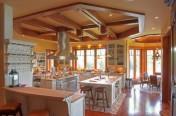Élément décoratif en bois massif - plafond d'une cuisine