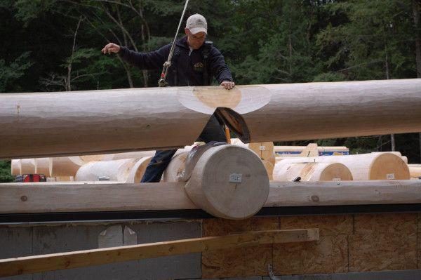 maison en bois rond en construction