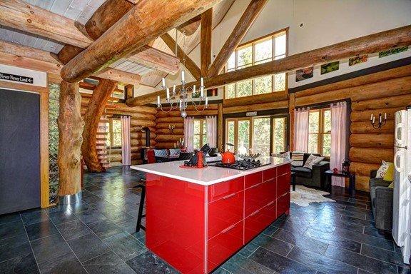 cuisine maison bois rond îlot couleur