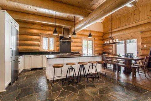 cuisine maison bois rond îlot blanc